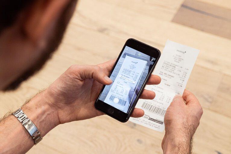 Nessuna carta di credito, ma carta di debito e scanner in app online per fotografare i documenti